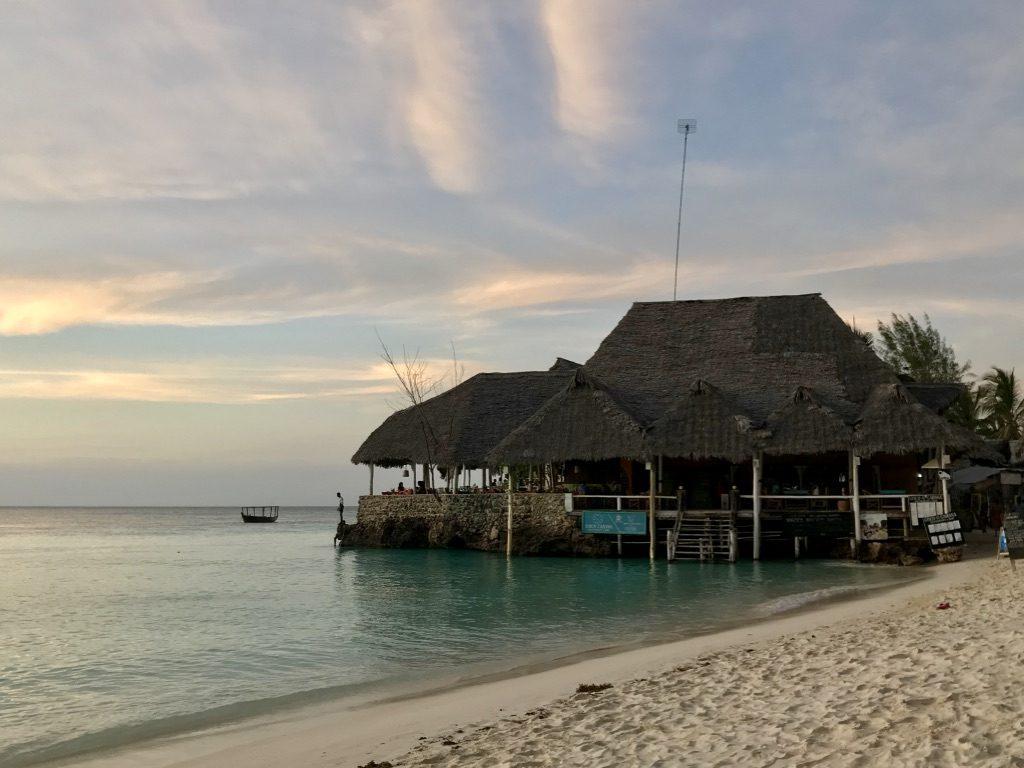 Spiaggia Nungwi ristorante Coco Cabana che esce sul mare a Nungwi
