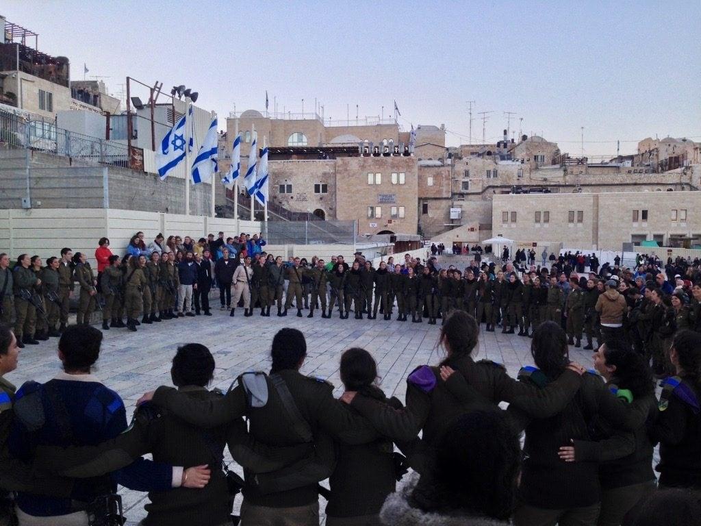Soldati israeliani festeggiano l'inizio di Shabbat al Muro del Pianto a Gerusalemme
