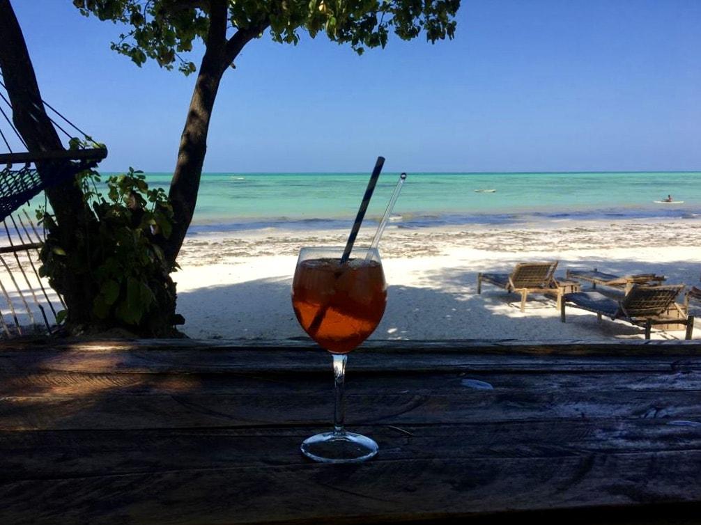 spritz su un tavolo nella spiaggia di Jambiani