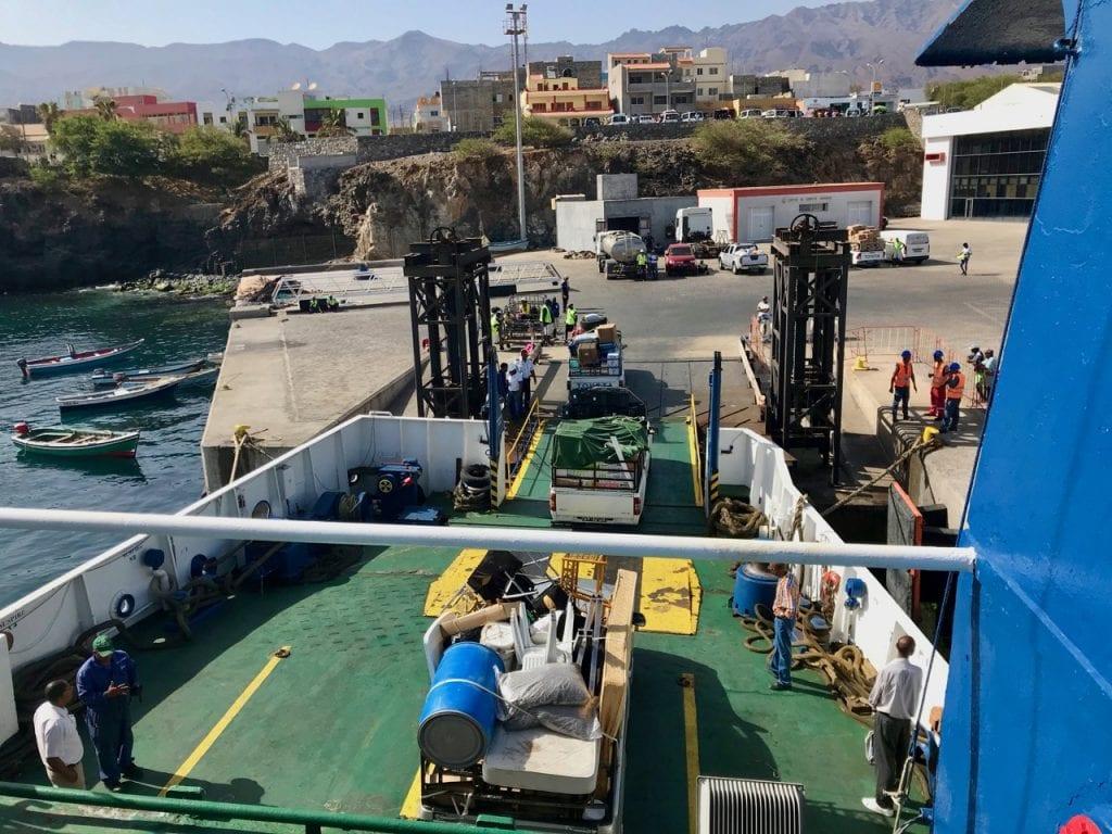 Il traghetto scarica le navi al porto di Santo Antao