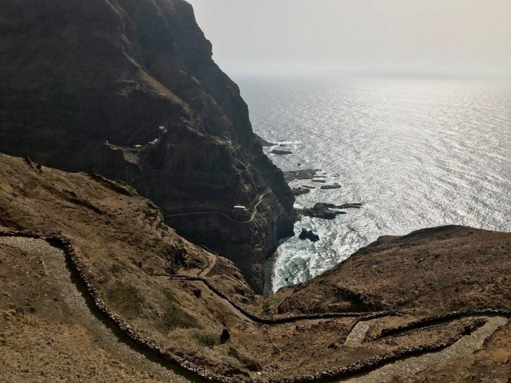 Un sentiero in salita a picco sul mare
