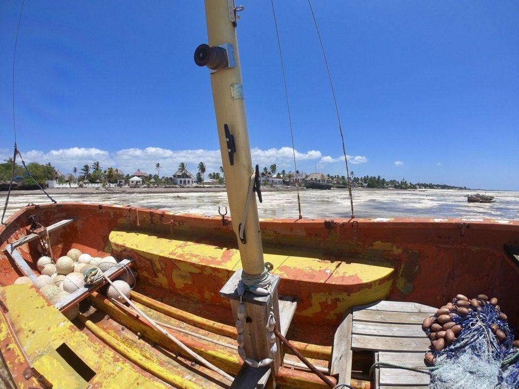 Una barca sulla spiaggia durante la bassa marea