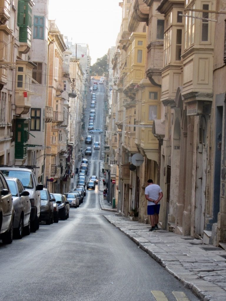 Una strada in salita di Valletta
