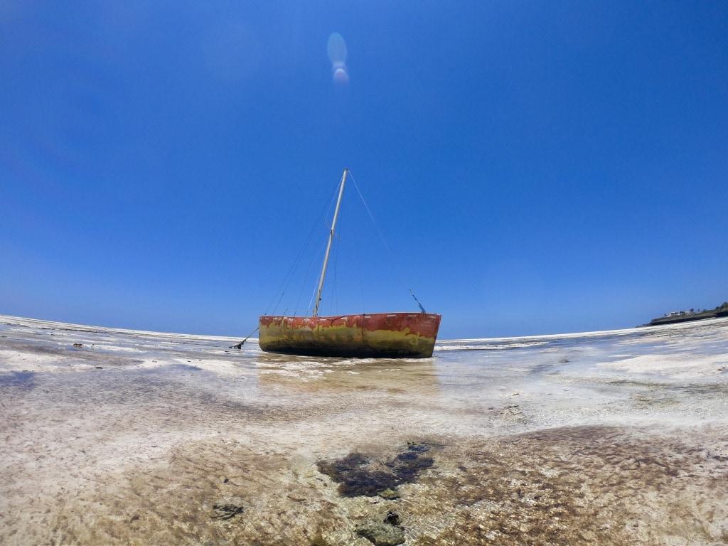 Barca in mare durante la bassa marea
