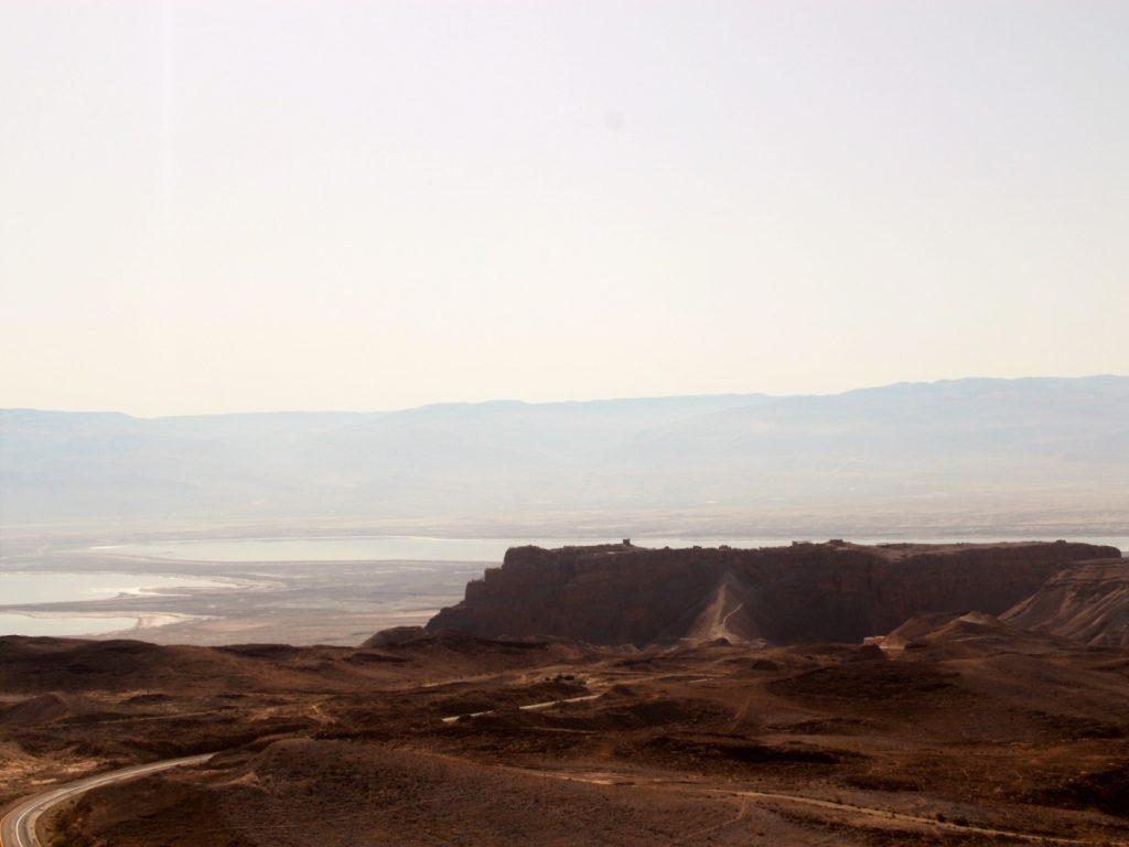 Masada e la rampa romana in primo piano. Sullo sfondo il Mar Morto e, dietro, le coste della Giordania