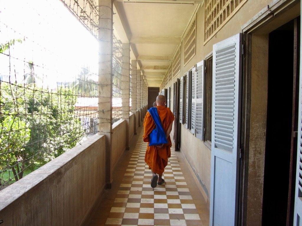 Un monaco cammina nei corridoi della scuola di Tuol Sleng, oggi museo