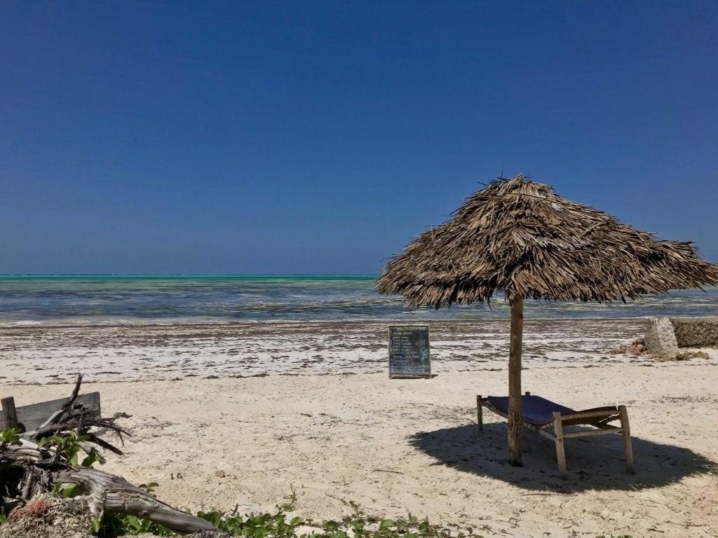 Zanzibar Jambiani spiaggia, ombrellone e sdraio