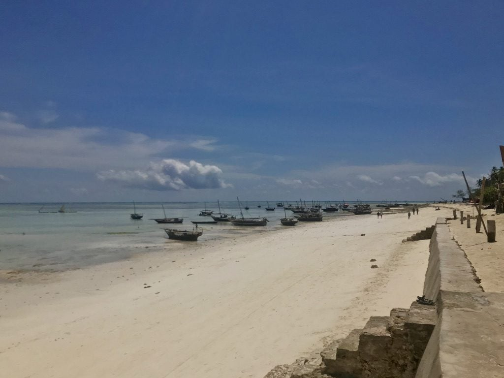 Zanzibar costa sud: la spiaggia di Kizimkazi con le barche dei pescatori ancorate