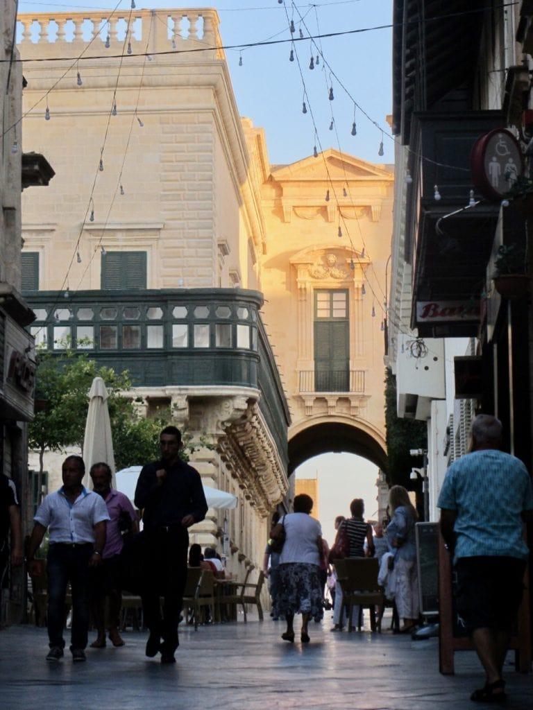 Una strada pedonale di Valletta sormontata da un arco