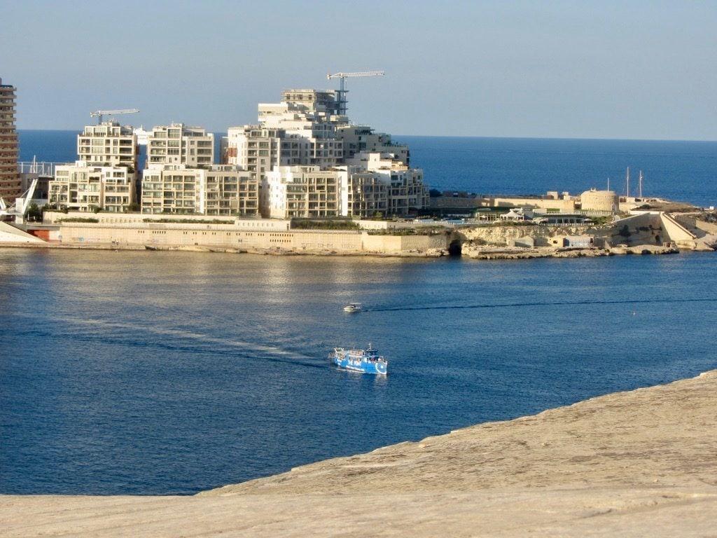 Il traghetto che arriva a Valletta con Sliema sullo sfondo