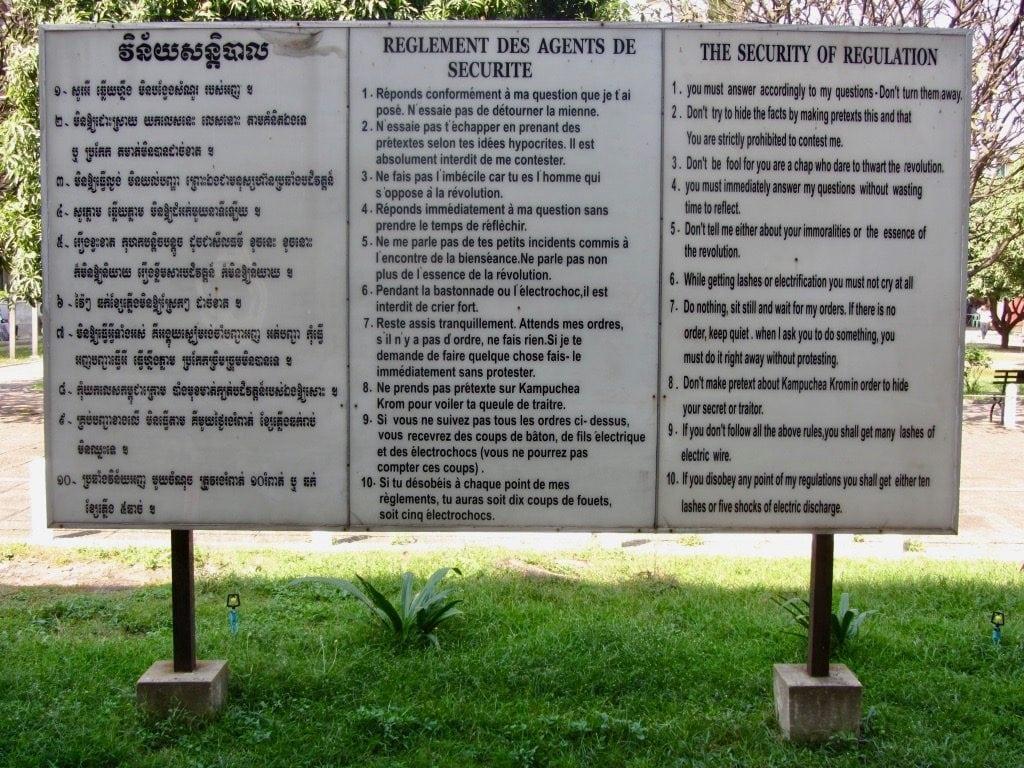 Un cartello con le regole che i detenuti di S21 dovevano rispettare