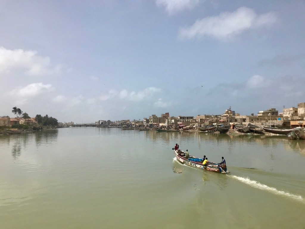 Una piroga sulle acque del fiume Senegal a Saint-Louis