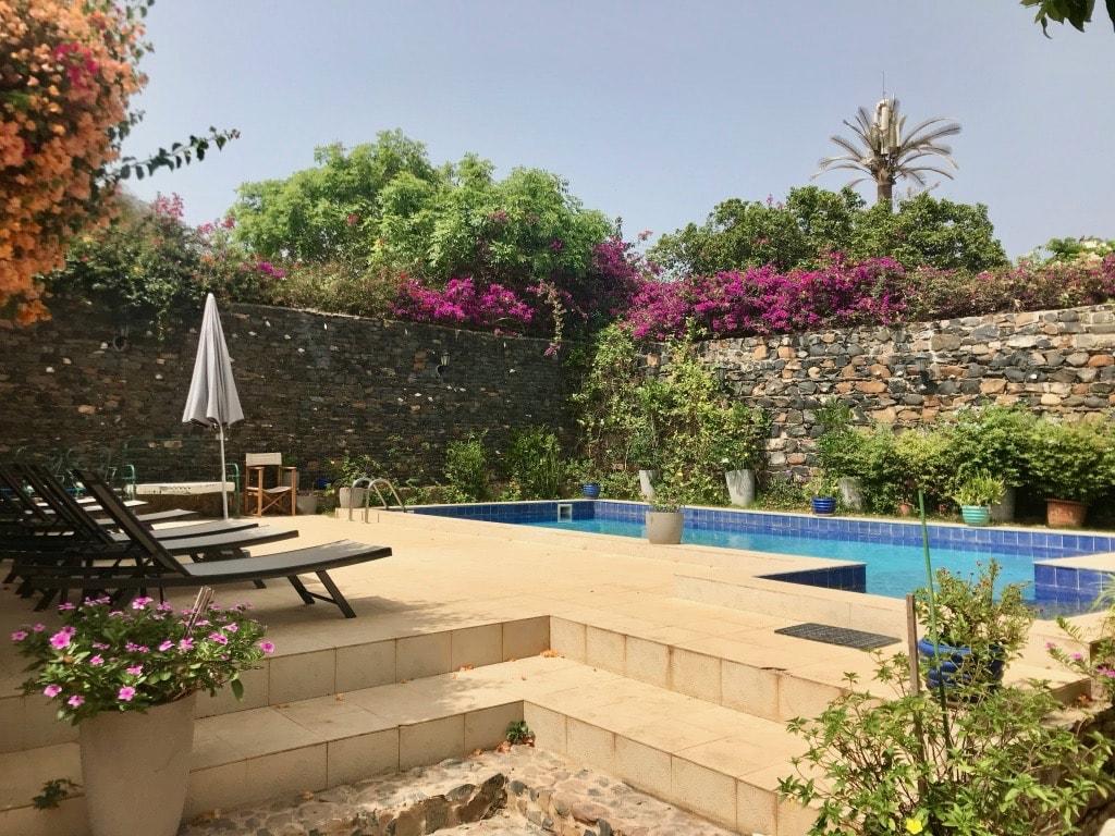 La piscina di Villa Castel bordata dalle bouganville