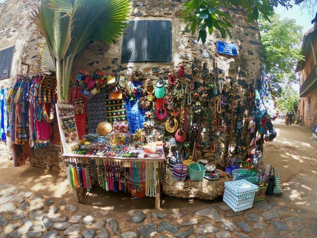 Bracciali e altri souvenir su una bancarella di Gorée