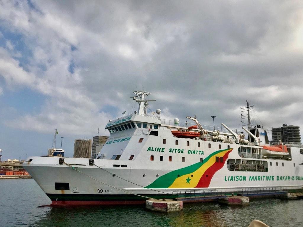 La nace che collega Dakar alla Casamance mentre staziona al porto di Dakar