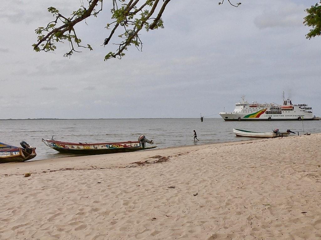 La nave che collega la Casamance vista dall'isola di Carabane
