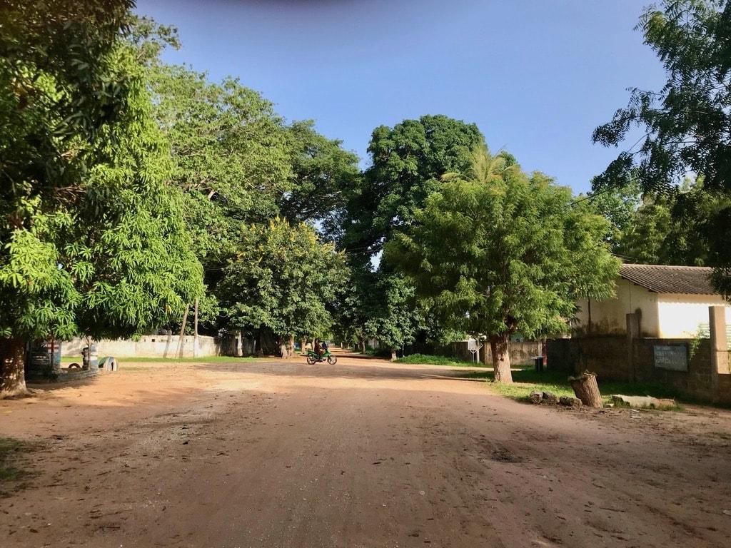 Una strada di Ossouye