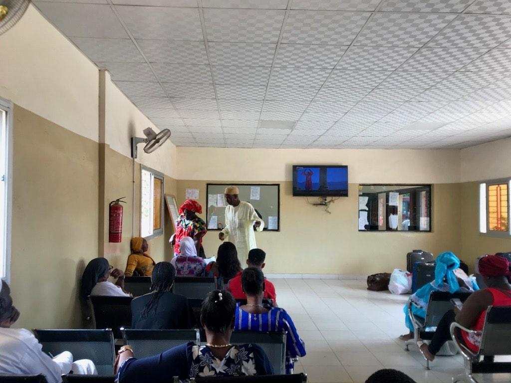 Sala d'attesa a Dakar con passeggeri in attesa
