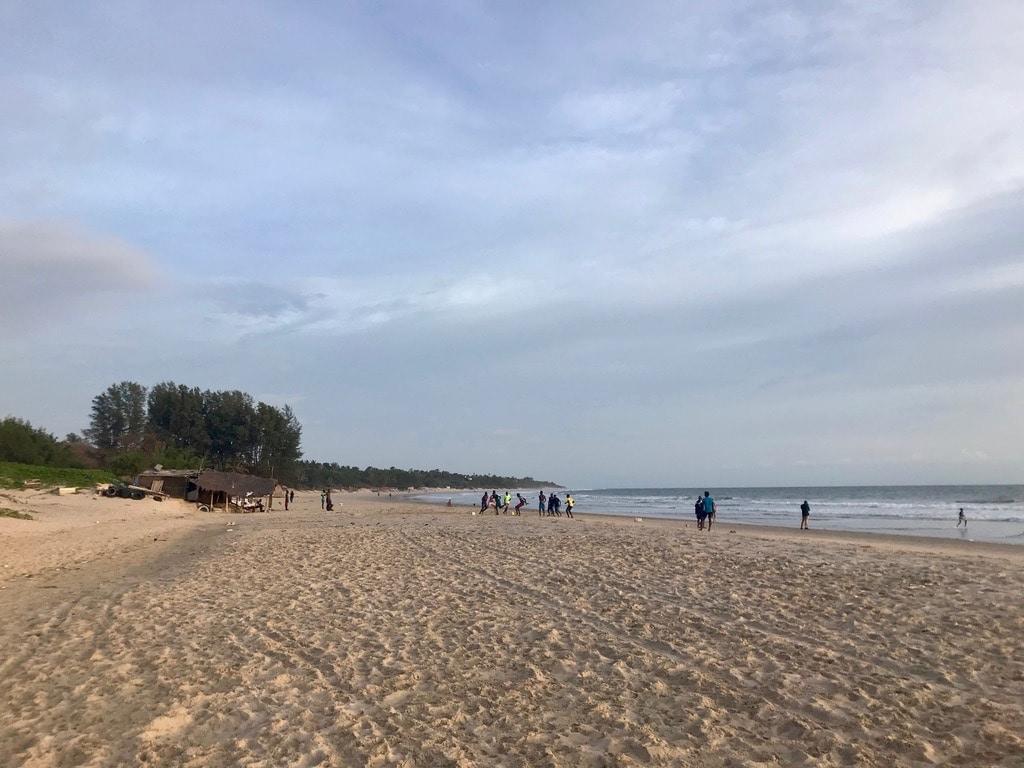 Ragazzi giocano a calcio al tramonto sulla spiaggia di Cap Skirring