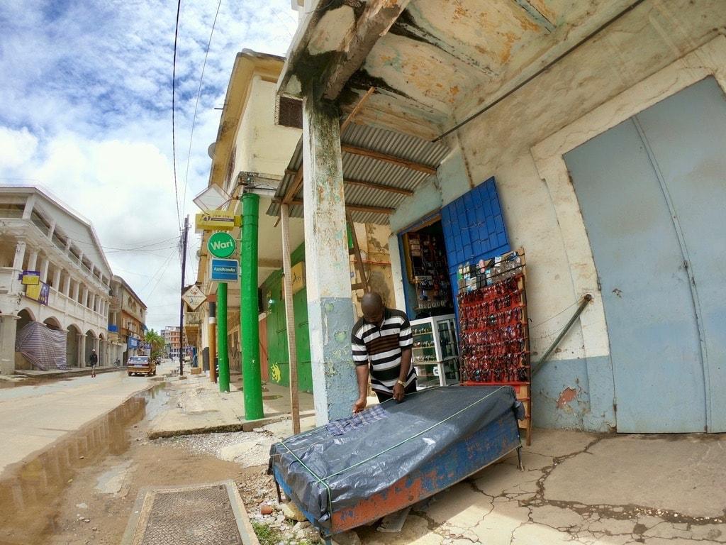Un venditore prepara la sua bancarella in una strada di Ziguinchor