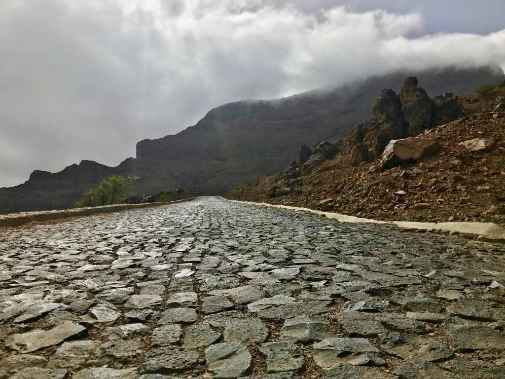 La strada acciottolata che porta in cima a Monte Verde