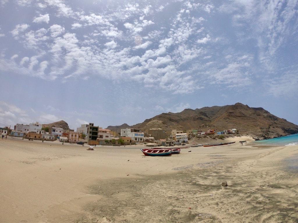 Il villaggio di Sao Pedro visto dalla spiaggia
