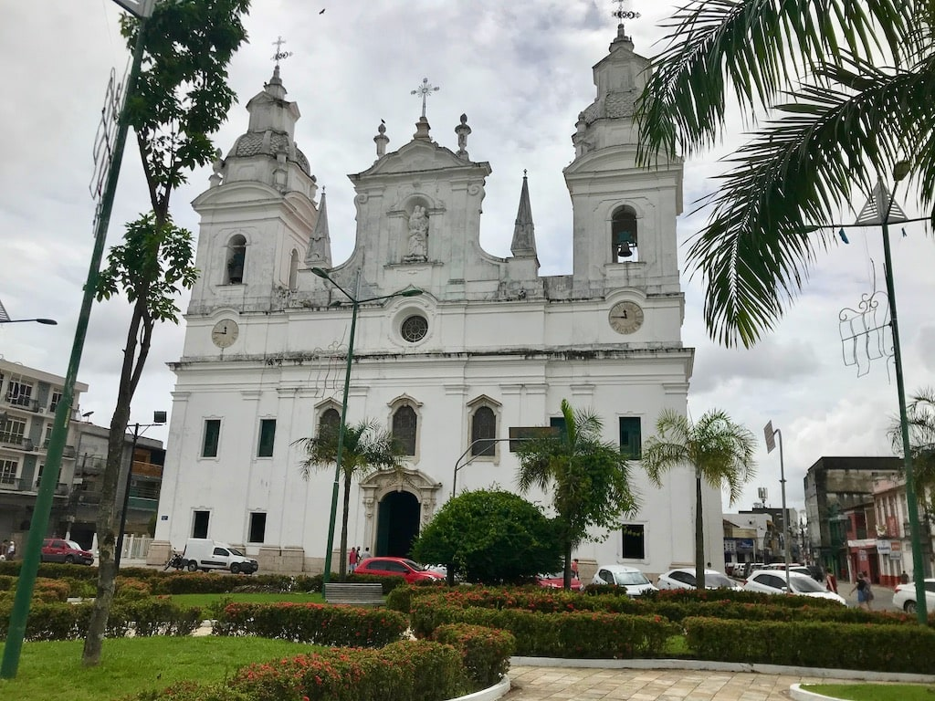La facciata bianca della Cattedrale Metropolitana di Belém