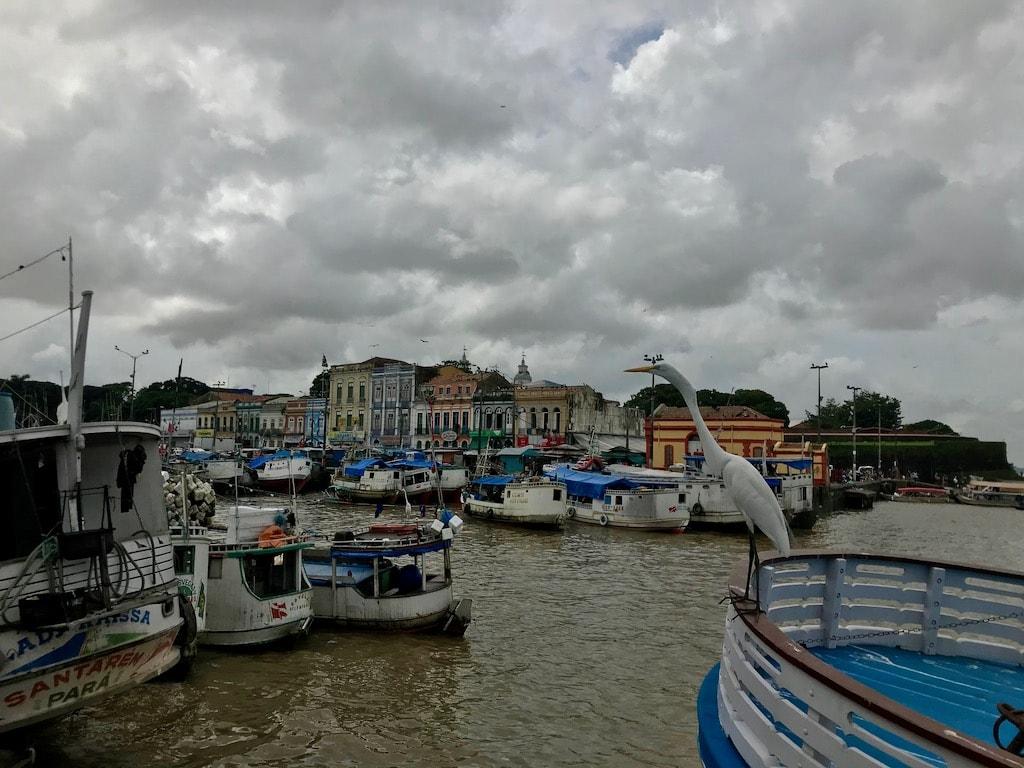 Barche di pescatori a Belém, con un airone in primo piano
