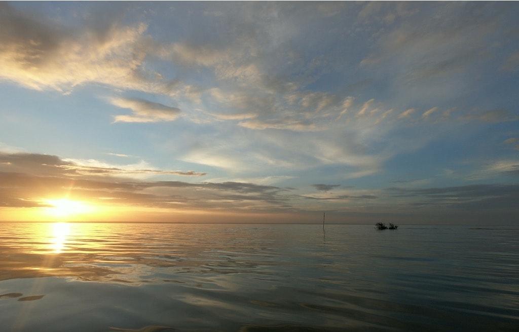 Il tramonto dietro alle acque calme del rio tapajos