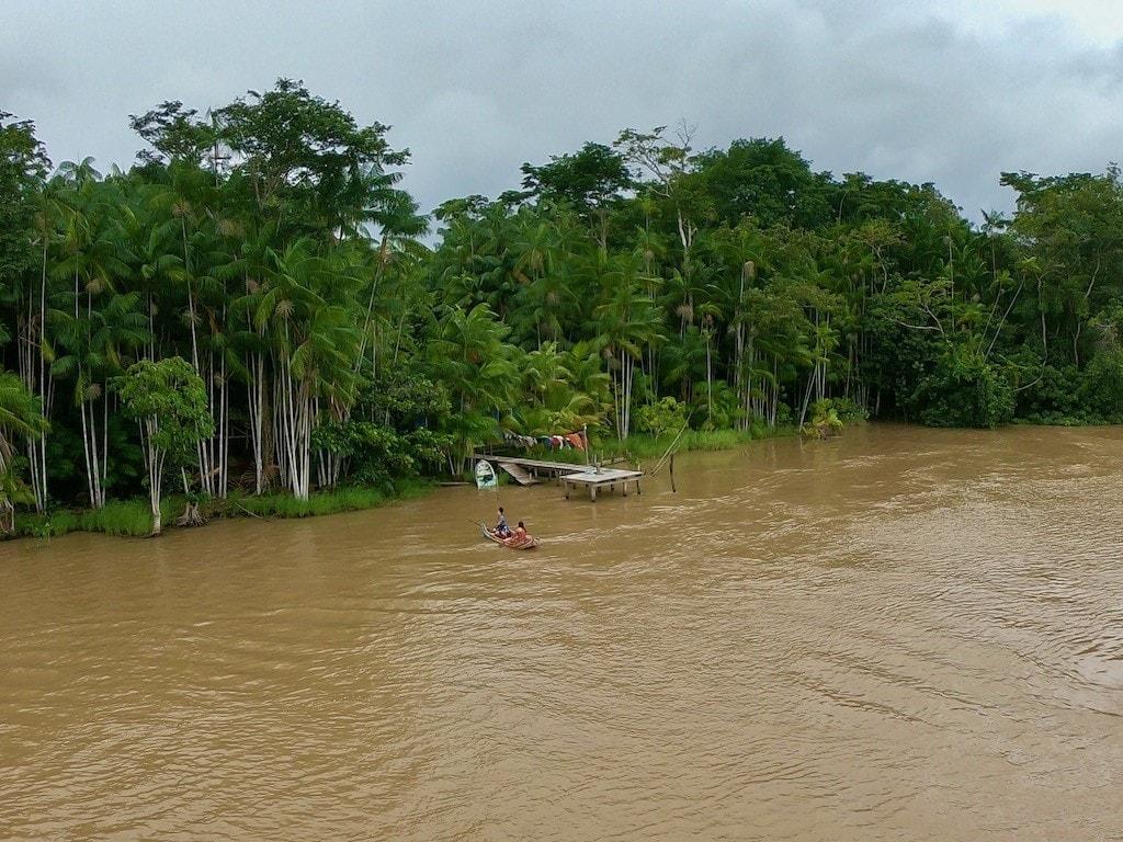 Degli indigeni in canoa sul Rio delle Amazzoni