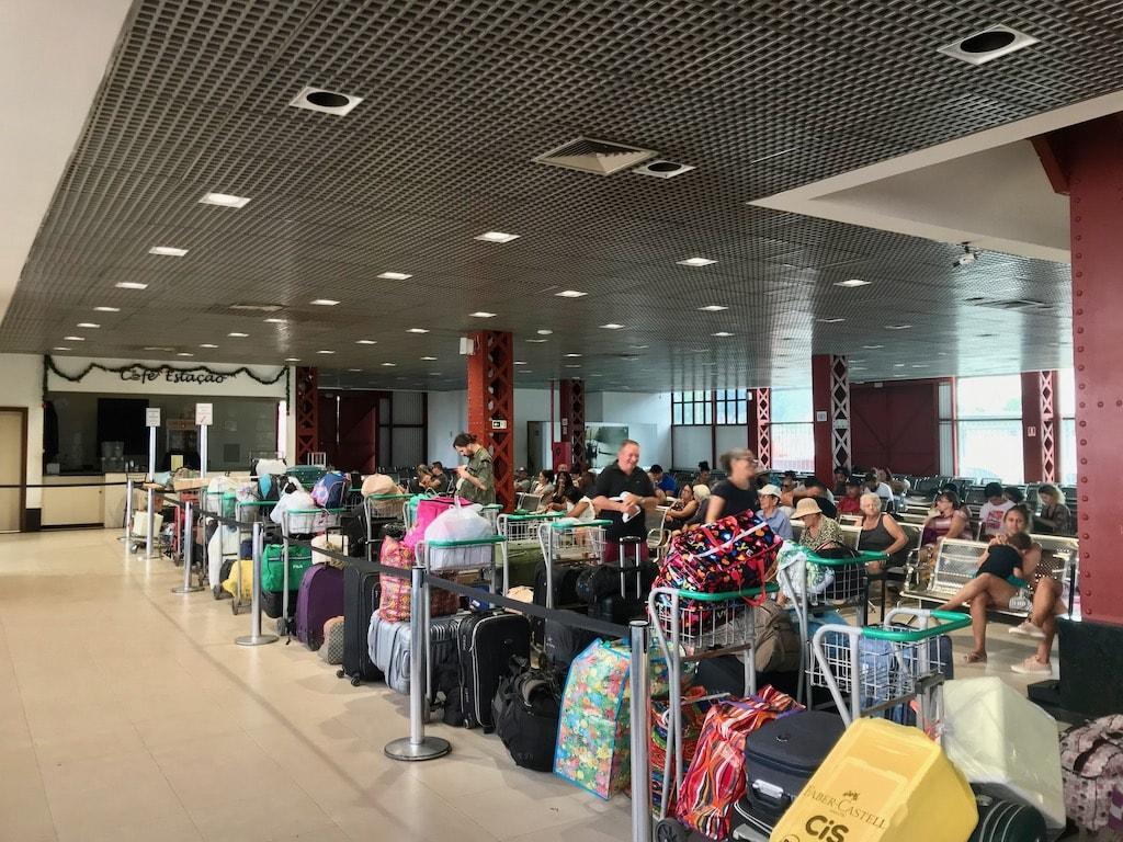 La fila di valigie al porto di Belém in Amazzonia