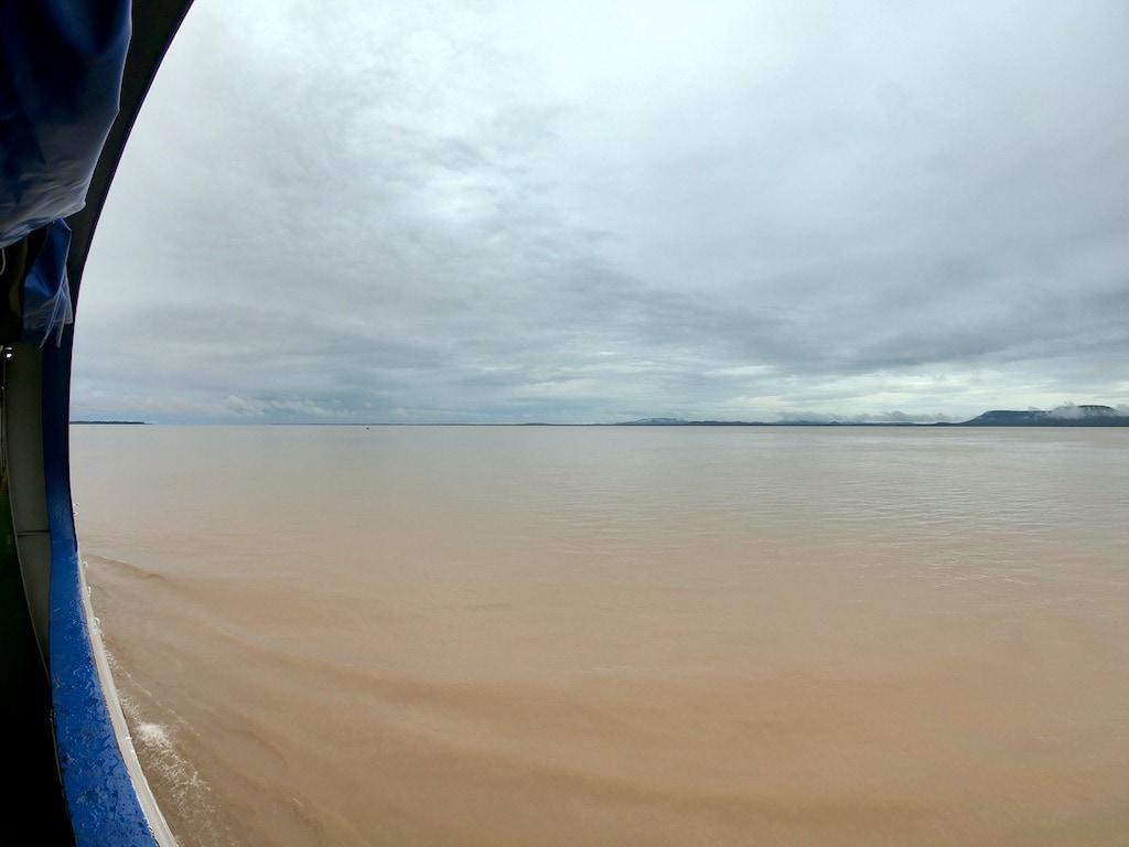 Il Rio delle Amazzoni visto dal traghetto che lo attraversa