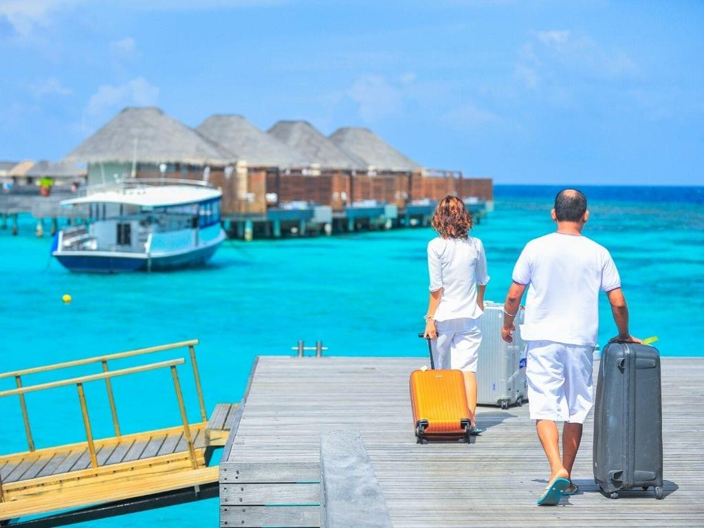 Due turisti al mare con due valigie ultraleggere