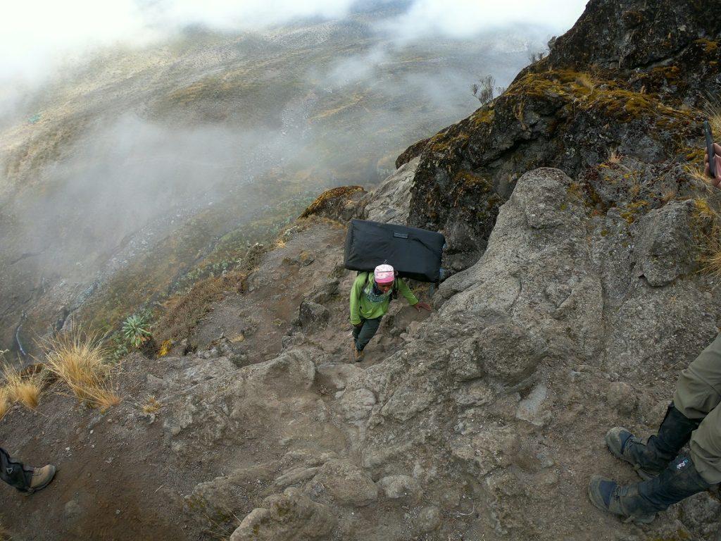 un porter sulla salita del kilimangiaro
