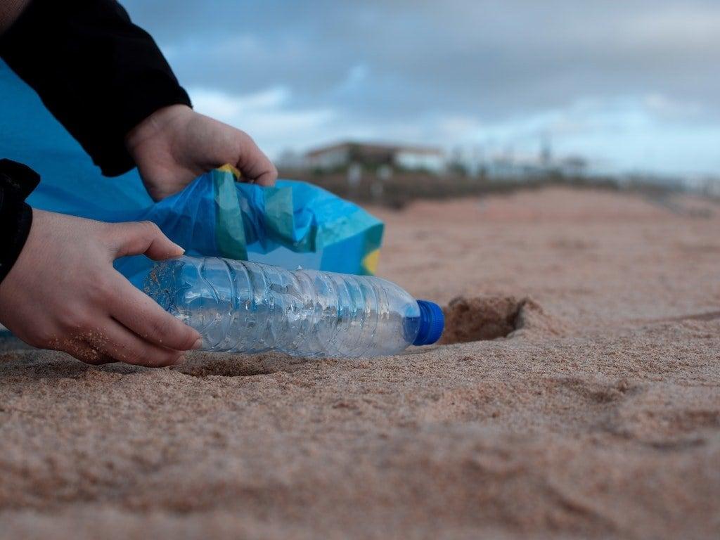 bottiglia plastica spiaggia